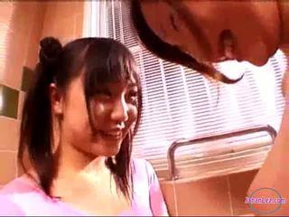 2 meisjes in aerobic jurk kussen rubbing tieten in de badkamer