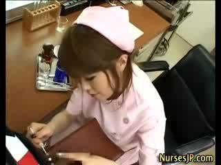 Afrukken visiting aziatisch verpleegster