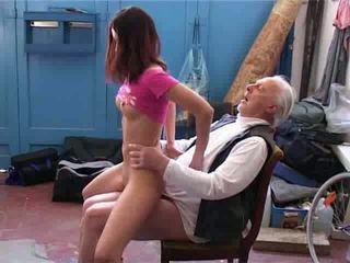 Vieux homme vouloir à réparation ma vélo vidéo