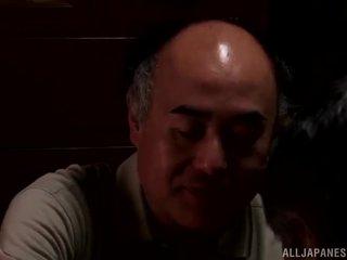 Yui hatano gives um gira lambida para alguns elderly bloke