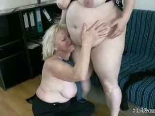 Blondīne vecmāmiņa loves having lesbiete sekss