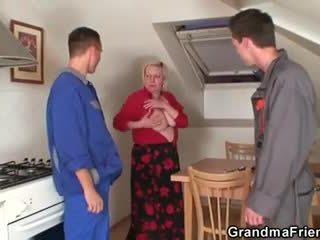 Gemeen oma spreads haar benen voor two cocks