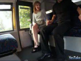 Bushy tiener meisje lola poesje slammed door inspector in de bus