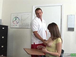 Pechugona alumna follada en la clase