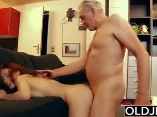 شاب وقحة شاق مارس الجنس بواسطة قديم أقرن رجل هو fucks لها.