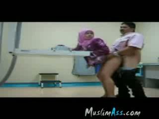 Chefe a foder hijab secretária em trabalho