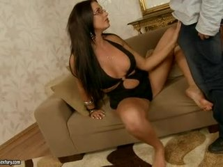 Sexy seductive emma kont fills haar mond met an ontzagwekkend stiff jock