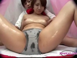 Asia gadis di panty massaged dengan minyak tetek rubbed alat kemaluan wanita fing