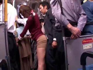 Jong collegegirl reluctant publiek bus orgasme
