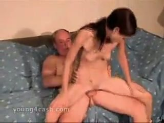 Sīka auguma pusaudze vecs vīrietis sekss