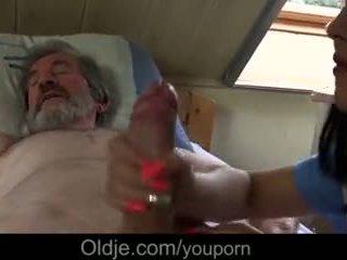 Άρρωστος γιαγιά gets ειδικός θεραπεία από νέος νοσοκόμα