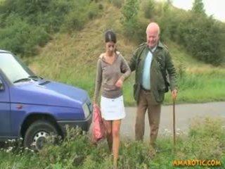 Γριά άνθρωπος - νέος κορίτσι