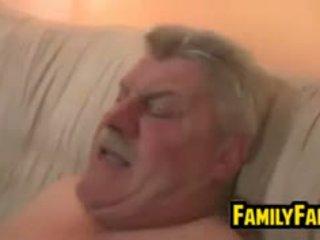 Najstnice zajebal s ji debeli oče v pravo