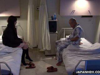 Aziatisch patiënt neuken zijn visitor met een seks speelbal