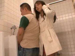 Bitchy aziāti pusaudze gives minēts uz publisks