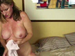 Uz gulta ar viens uzbudinātas mammīte video