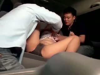 Innocent écolière gangbanged en une voiture