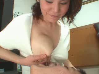 Japanska momen breastfeading video-