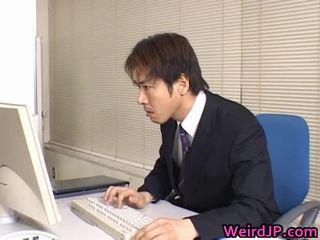 Mignonne asiatique secrétaire ramonée