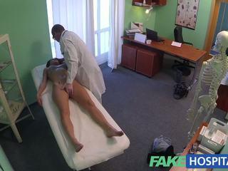 Fakehospital preciosa joven pole dancer con caliente cuerpo swallows la doctors medicine