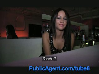 Publicagent جميل امرأة سمراء barmaid gets مارس الجنس خلف ال شريط