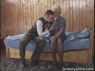 Бабичка gets laid с а younger gent, порно 3e