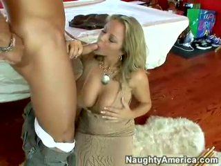 Soçniý gyzykly porn ýyldyzy amber lynn bach hooks a meaty pole in her steamy mouth