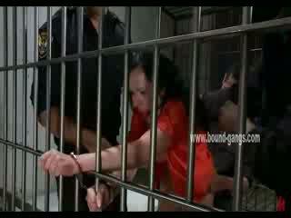 Gagged morena inmate gets su trasero aggressively follada por un bunch de cachonda officers
