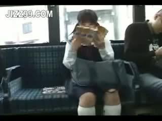 Schoolmeisje seduced been geneukt door geek op bus