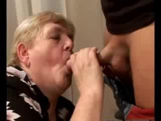 Uzbudinātas vecmāmiņa gilf swallowing skaistule loceklis