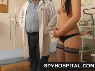 Naakt vrouw patiënt secretly videotaped