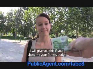 Publicagent sexy fitness instructor neuken voor geld