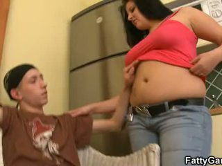 Sexy gordita seduces an joven dude