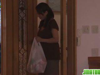 Rika gives viņam vadītājs uz the virtuve