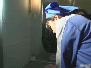 Á châu nhà vệ sinh attendant cleans sai