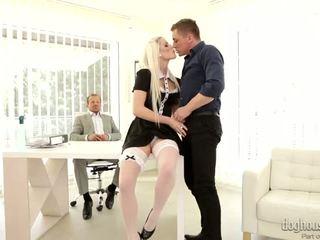 Elegant blondin körd av two cocks