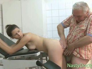 เก่า อ้วน รัสเชีย หมอ fucks วัยรุ่น