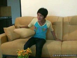 Homosexual ασιάτης/ισσα άτριχος strikes ένα pose