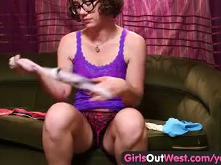 女孩 出 west - aussie 小雞 fiddles 同 她的 毛茸茸 holes