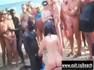 Interracial fête sur la nu plage vidéo