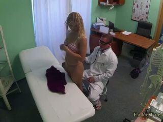 Blondīne bez apakšbiksītes fucked līdz ārsts uz viņa birojs
