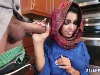 Arab hottie ada gets haar poesje filled met warm cumload