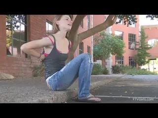 Aubrey receives haar brassiere af in voorzijde van de apartments