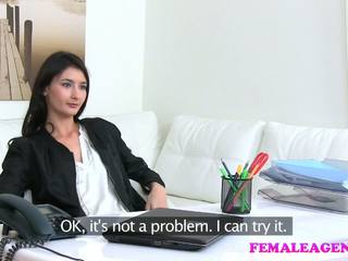 Femaleagent agent fucks fierbinte masturband-se model cu mare dildo