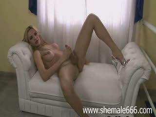 Blond transe shove dildo opp den rumpe