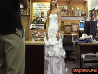 Babe in huwelijk jurk geneukt door pawn guy naar verdienen extra geld