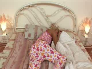 Blondie jerkingoff off sebelum yang tidur