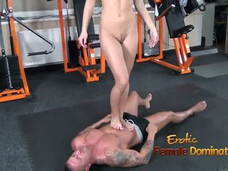 Abbie cat tramples 上 奴隶 在 牛仔裤 然后 裸体: 高清晰度 色情 b8