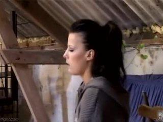 Jong patroness beats haar meid employeeã¢â€â™s bips