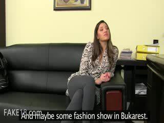 Fake agent having bang på läder soffan